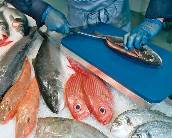 Fisch wird filetiert