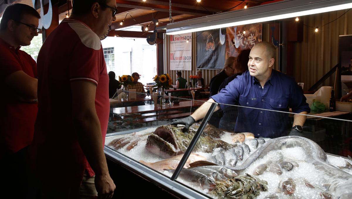Andreas Altorfer an der Fisch-Vitrine